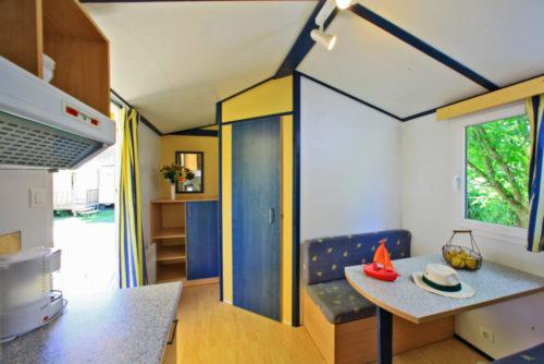 Mobil Home Bambi sans sanitaire, salon et cuisine.