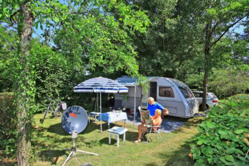 Une caravane sur un emplacement du camping.