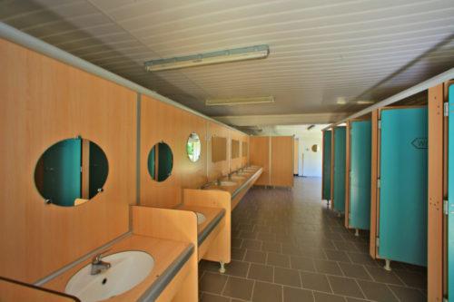 Sanitaire du camping le plein air des bories, lavabos et toilettes.