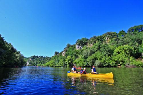 Canoë famille sur la rivière dordogne.
