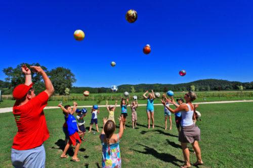 Enfants qui jouent au ballons à l'animation pour enfants.