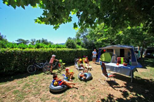 Emplacements du camping avec des enfants.