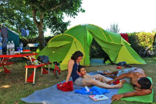 Emplacements avec une tente camping le plein air des bories.