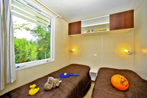 Mobil Home O'hara Confort, chambre pour enfants avec deux lits simples.